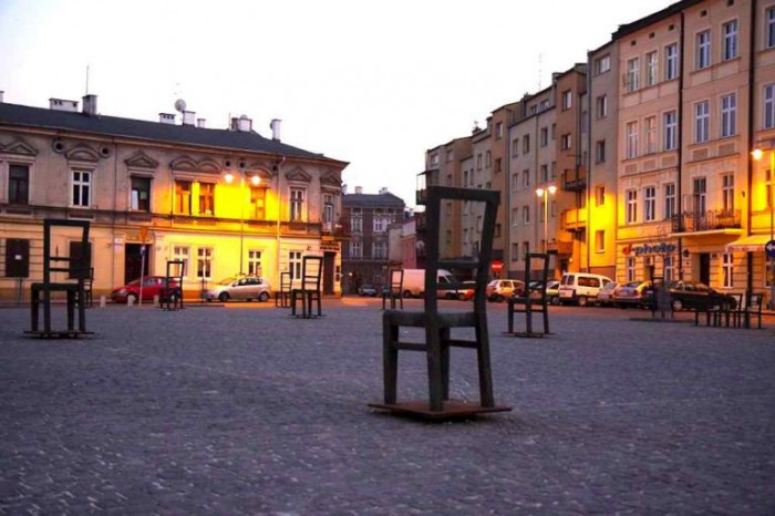 krakow-jewish-district-chairs